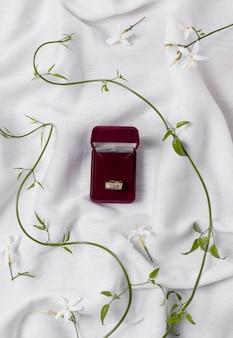 Vista superior do anel de noivado e plantas
