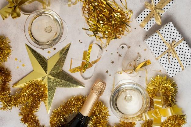 Vista superior do ano novo com garrafa de champanhe