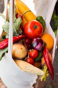 Vista superior do arranjo colorido de vegetais na sacola