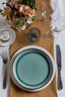 Vista superior do arranjo da mesa com flores