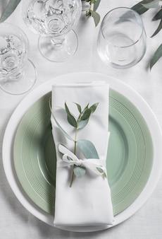 Vista superior do arranjo da mesa com planta