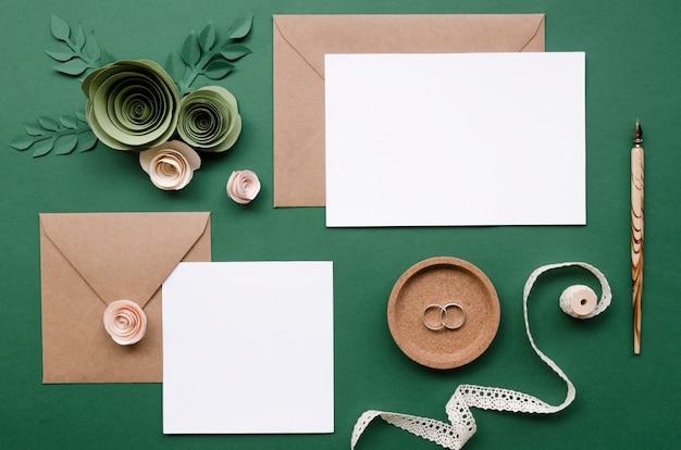 Vista superior do arranjo de artigos de papelaria de casamento