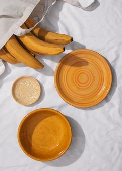 Vista superior do arranjo de bananas com pratos