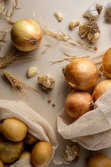 Vista superior do arranjo de batatas e cebolas