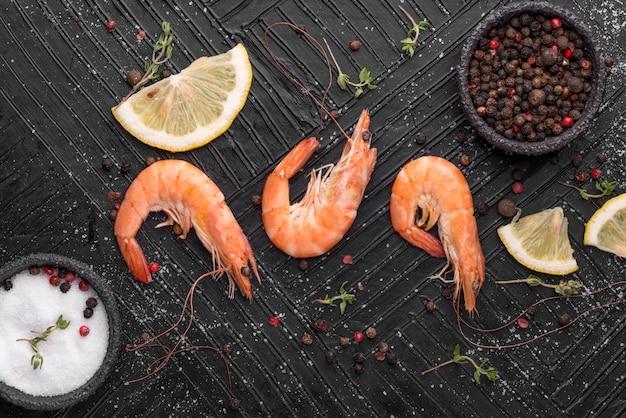 Vista superior do arranjo de camarões de frutos do mar