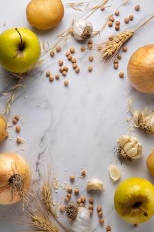 Vista superior do arranjo de cebolas e maçãs