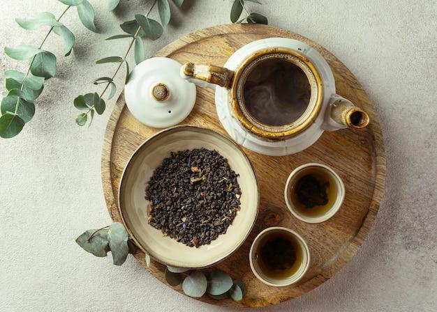Vista superior do arranjo de chá quente e ervas