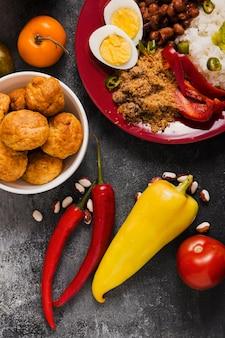 Vista superior do arranjo de comida brasileira