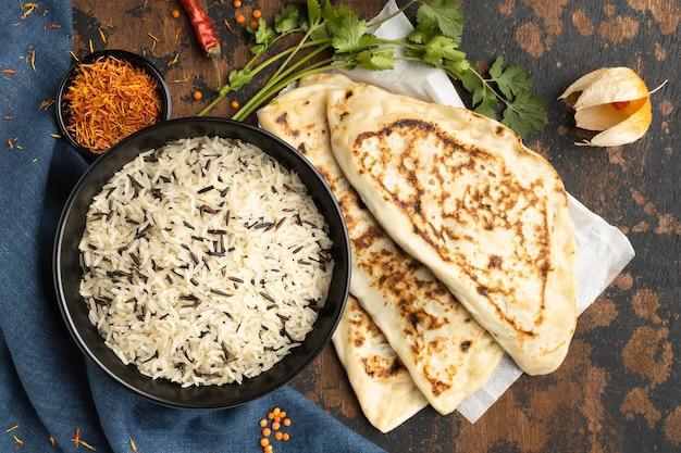 Vista superior do arranjo de comida indiana