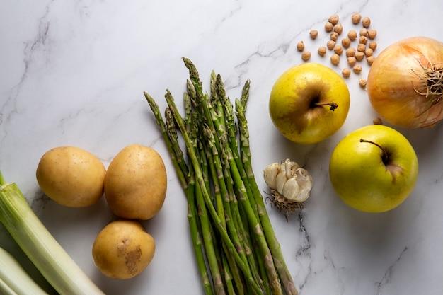 Vista superior do arranjo de comida saudável Foto gratuita