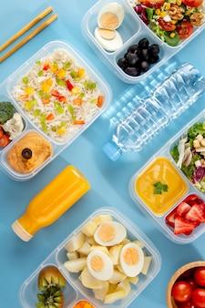 Vista superior do arranjo de cozimento em lote com alimentos saudáveis