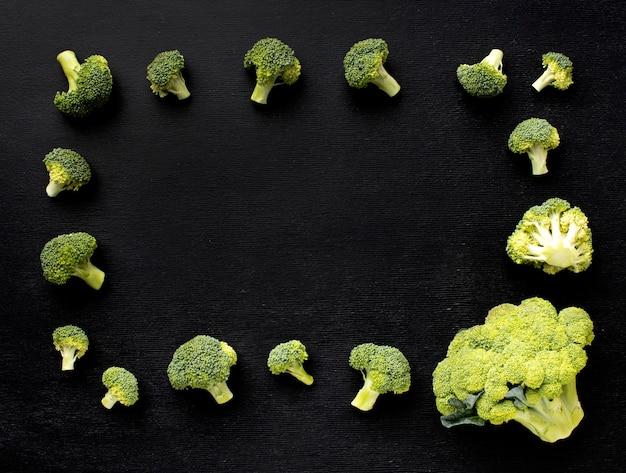 Vista superior do arranjo de deliciosos brócolis frescos com espaço de cópia