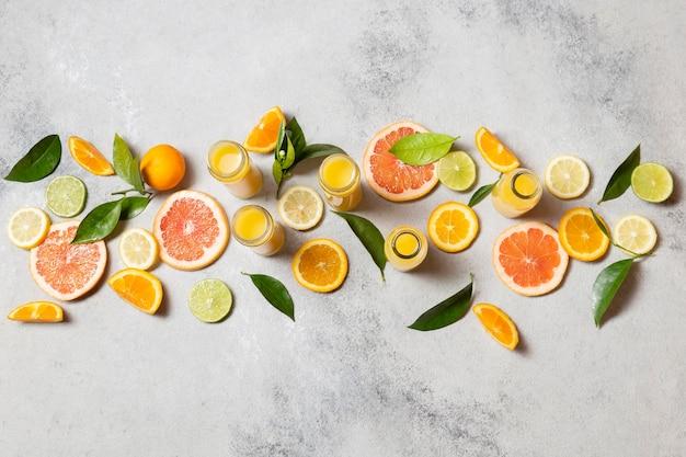 Vista superior do arranjo de frutas cítricas com suco