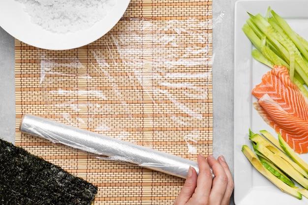 Vista superior do arranjo de ingredientes de sushi