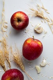 Vista superior do arranjo de maçãs e alho Foto gratuita