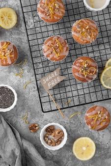 Vista superior do arranjo de muffins sem açúcar