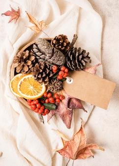 Vista superior do arranjo de outono com pinhas e etiqueta