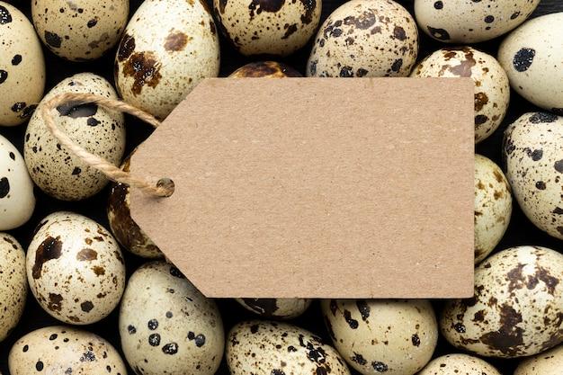 Vista superior do arranjo de ovos de codorna com etiqueta