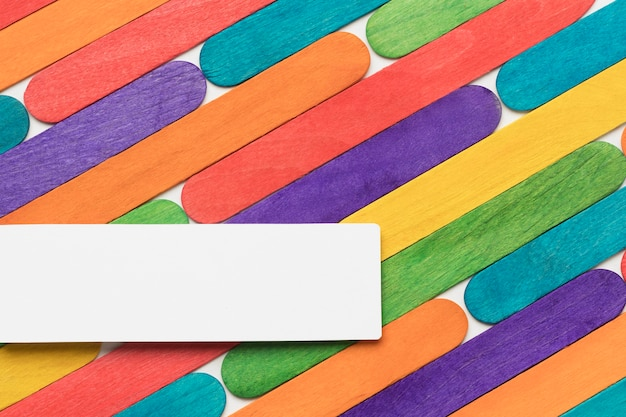 Vista superior do arranjo de palitos de sorvete coloridos
