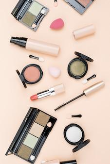Vista superior do arranjo de produtos de beleza