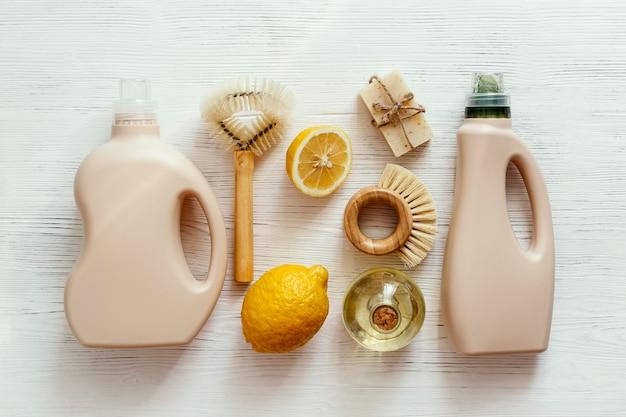 Vista superior do arranjo de produtos de limpeza