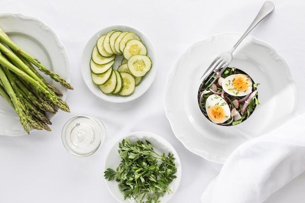 Vista superior do arranjo de saladas frescas