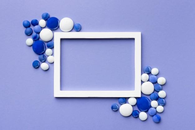 Vista superior do arranjo de seixos azuis e brancos