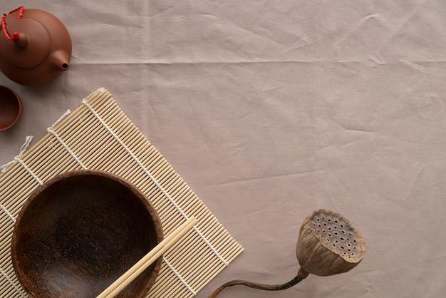 Vista superior do arranjo de talheres japoneses