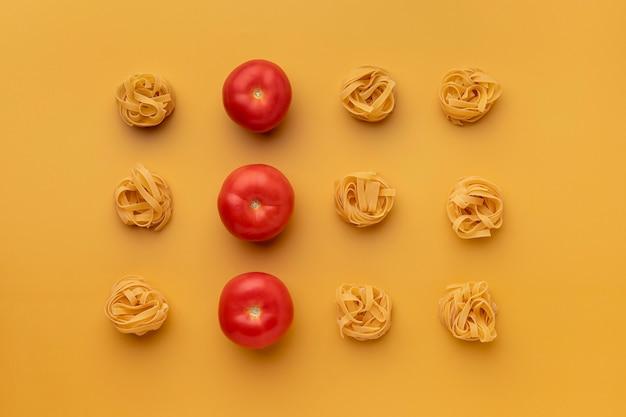 Vista superior do arranjo de tomates e macarrão