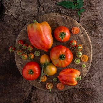 Vista superior do arranjo de tomates e pimentas