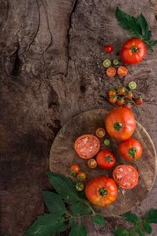 Vista superior do arranjo de tomates frescos