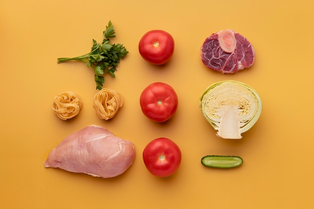 Vista superior do arranjo de vegetais e carnes