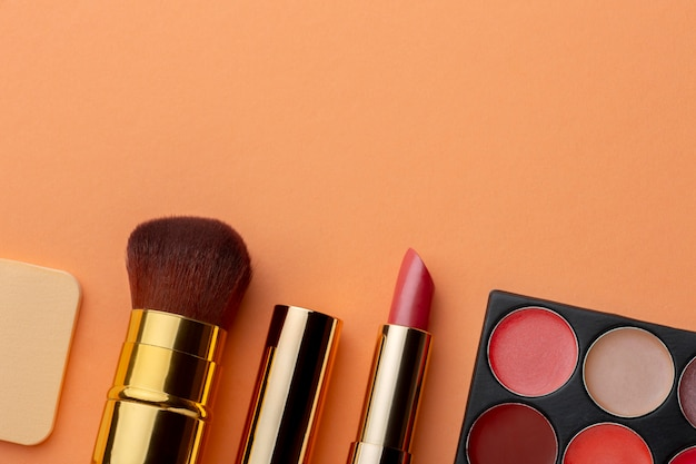 Vista superior do arranjo dos produtos de maquiagem