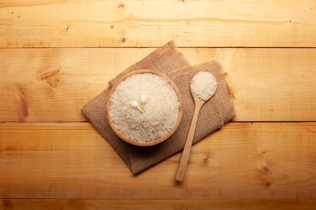 Vista superior do arroz de jasmim com flor de jasmim no topo em uma tigela de madeira