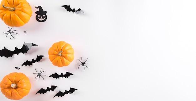 Vista superior do artesanato de halloween, abóbora laranja, fantasma, morcego e aranha em fundo branco com espaço de cópia. conceito de decoração de halloween.