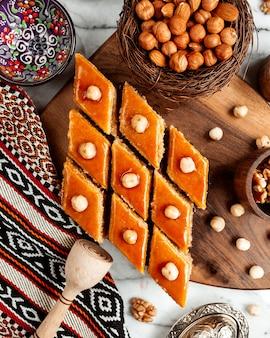 Vista superior do baklava doce oriental de sobremesa nacional do azerbaijão em uma placa de madeira