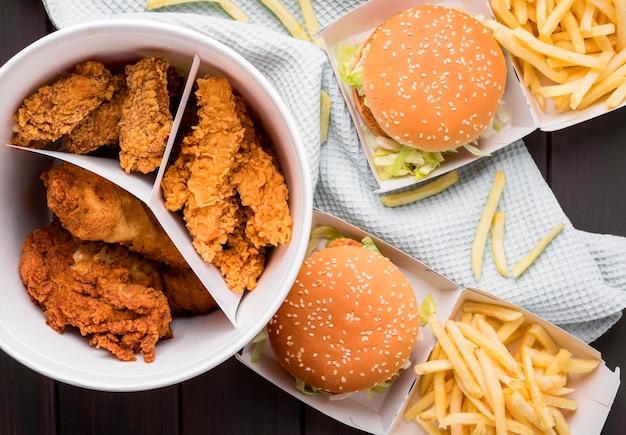 Vista superior do balde de frango frito e hambúrgueres