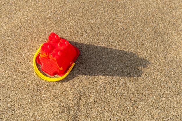 Vista superior do balde do castelo de areia na areia
