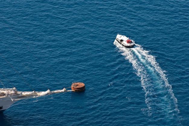 Vista superior do barco no mar.