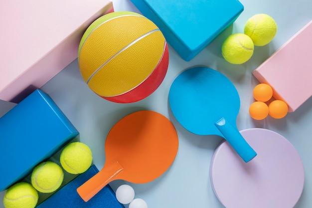 Vista superior do basquete com pingue-pongue e bolas de tênis