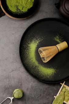 Vista superior do batedor de bambu no prato com peneira