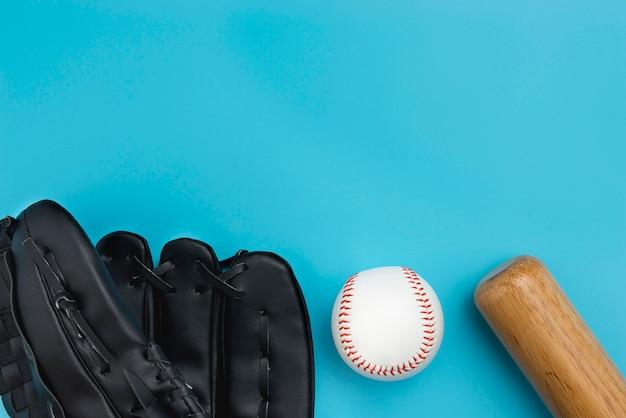 Vista superior do beisebol com bad e luvas