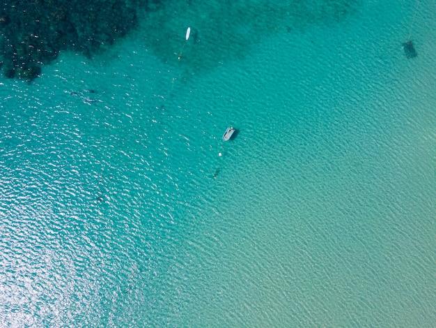 Vista superior do belo mar turquesa na natureza no sol. phuket tailândia