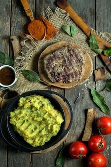 Vista superior do bife grelhado servido com purê de batatas Foto gratuita