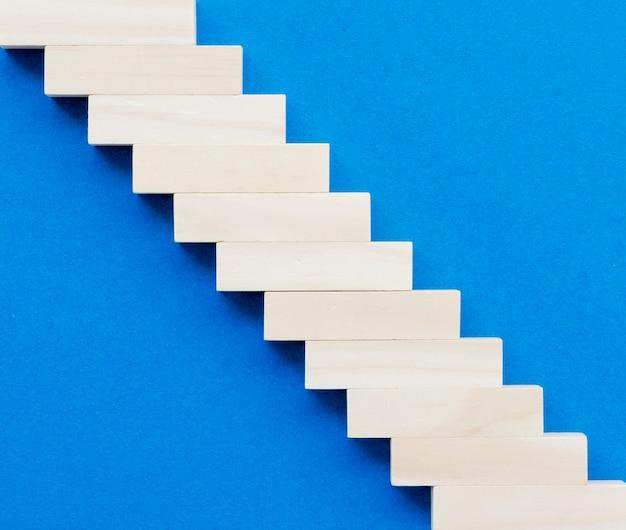 Vista superior do bloco de madeira, fazendo escadas
