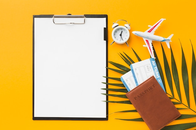 Vista superior do bloco de notas com bilhetes de avião e passaporte
