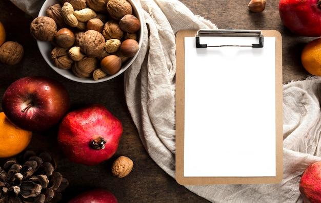 Vista superior do bloco de notas com frutas e nozes de outono