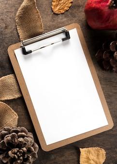 Vista superior do bloco de notas com romã e pinhas