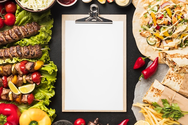 Vista superior do bloco de notas e delicioso kebab com carne