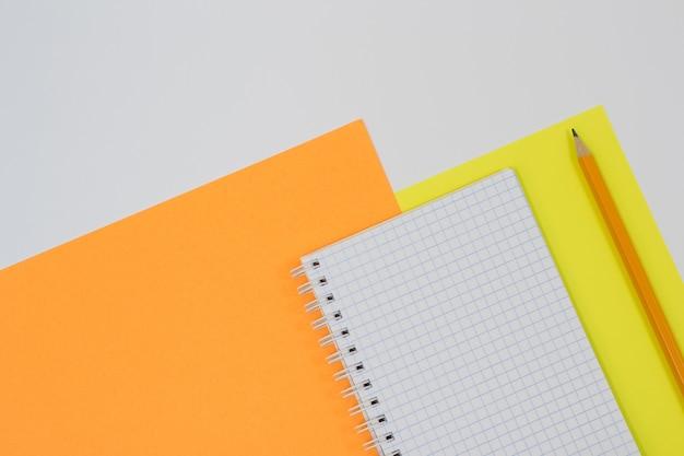 Vista superior do bloco de notas e lápis em espiral aberto